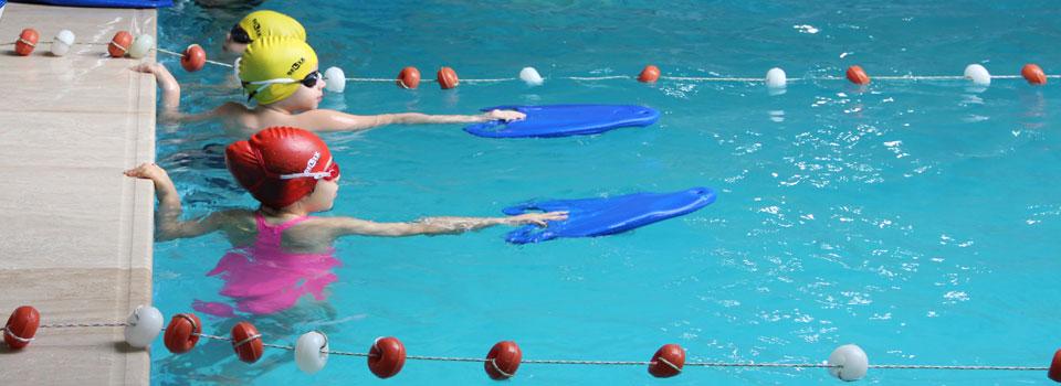 Çocuklar için yüzme yaz okulu